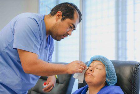 Enfermero retirando parche de paciente operada