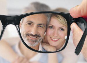 Pareja de personas enfocadas mejor con el uso de lentes para presbicia o vista cansada