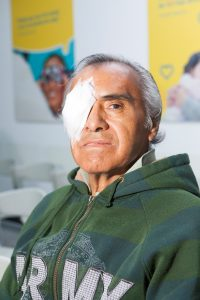 Paciente con parche en el ojo después de cirugía de catarata